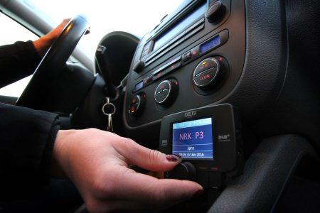 De fleste DAB-adaptere til bil som selges per i dag har ikke funksjonalitet til å ta inn trafikkmeldinger. (FOTO: NAF)