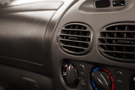 NÅR KJØLINGEN SVIKTER: Etterfylling av gass er ofte løsningen hvis bilens klimaanlegg ikke virker skikkelig, ifølge fagfolk. (Foto: Colourbox)