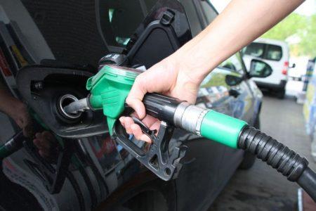 SKADELIG PÅFYLL: Selv om bensinen kanskje blir mer miljøvennlig, blir den tøffere for motoren. (FOTO: Newswire)