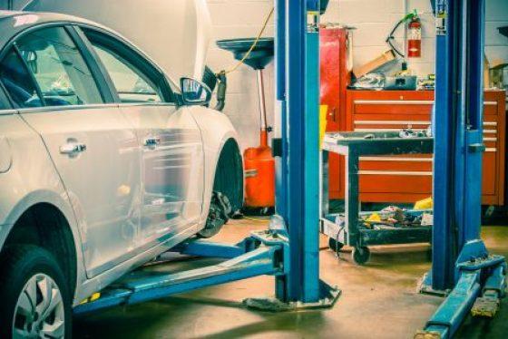 OPPTATT AV KOSTNADENE: Pris er viktigste faktor når nordmenn velger bilverksted, viser en ny undersøkelse. Men knapt halvparten sjekker med flere tilbydere. (Foto: Colourbox)