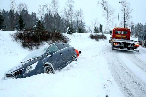 SNØEN KOMMER: Ikke alle legger om til vinterdekk i tide. (Foto: Viking Redningstjeneste)