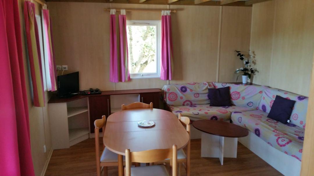 Nos mobil homes 3 chambres / 6 personnes sont entièrement équipés avec un espace de vie extérieur supplémentaire grâce à sa terrasse haute semi-couverte afin de profiter pleinement de votre séjour