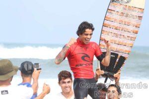 Surfista Wesley Moraes – Foto: Silvia Winik