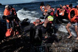 Rapaz sírio se emociona ao chegar em terra firme na Ilha de Lesbos, na Grécia – Foto: Aris Messinis/AFP