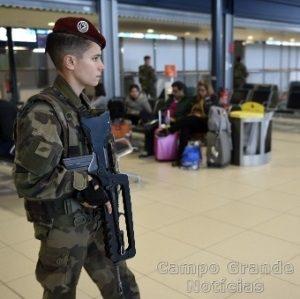Policial é visto fazendo a segurança no Aeroporto Charles de Gaulle em Paris, na França, nesta sexta-feira (13/11) – Foto: Eric Feferberg/AFP