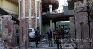 Militares afegãos guardam a entrada da Embaixada da Espanha em Cabul, no Afeganistão, após o atentado que deixou pelo menos 10 mortos nesta sexta-feira (11/12) – Foto: Rahmat Gul/AP