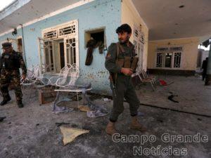 Policiais e membros das Forças de Segurança inspecionaram a casa atingida por uma bomba neste domingo (17/01) – Foto: Parwiz/Reuters