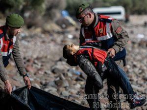 Ao todo, 33 imigrantes morreram em um naufrágio no Mar Egeu, no litoral da Turquia, na manhã deste sábado (30/01), incluindo 5 crianças – Foto: Ozan Köse/AFP