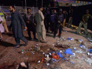 Atentado a bomba ocorrido neste domingo (27/03) causou a morte de pelo menos 72 pessoas no Oeste do Paquistão – Foto: Arif Ali/AFP