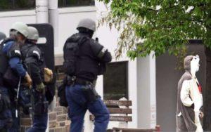 Suspeito é baleado e detido por policiais em Baltimore (EUA) após ameaçar explodir uma emissora de TV na tarde desta quinta-feira (28/04). – Foto: Kenneth K. Lam/The Baltimore Sun via AP
