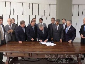 Michel Temer (PMDB) assina a notificação de posse como presidente interino, após o impeachment de Dilma Rousseff (PT) – Foto: Twitter Oficial de Michel Temer