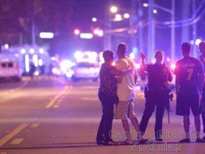 Policiais e agentes do FBI impedem a passagem de pessoas em rua interditada próxima a boate em Orlando (EUA), palco de um tiroteio ocorrido neste domingo (12/06) – Foto: Phelan M. Ebenhack/AP Photo