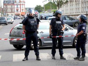 Policiais franceses fazem a segurança em bairro de Paris, na França, após violentos confrontos ocorridos nesta quinta-feira (21/07) – Foto: Charles Platiau/Reuters