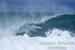 Surfista Gabriel Medina durante treino em Maresias, com tubos perfeitos – Foto: Munir El Hage