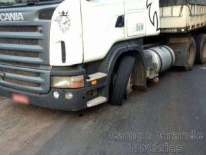Um caminhão que trafegava pela Rodovia BR-364, teve os pneus furados por tiros, efetuados pelos criminosos, que conseguiram fugir. – Foto: Polícia Civil/MT
