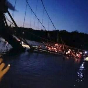 Ponte que liga duas ilhas em Bali, na Indonésia, desabou neste domingo (16/10), causando a morte de 8 pessoas e deixando outras 30 feridas. – Foto: BNPB / Twitter / Reprodução