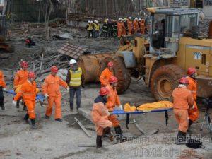 Equipes de resgate carregam corpo de uma das vítimas, retirado dos escombros nesta sexta-feira (25/11) na Província de Jiangxi, no Sudeste da China – Foto: Reuters/Stringer