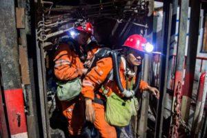 Bombeiros e socorristas iniciam os trabalhos de busca e salvamento na mina de carvão no Norte da China – Foto: Lian Zhen/Xinhua via AP