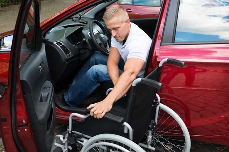Cadeirante a bordo de um carro adaptado