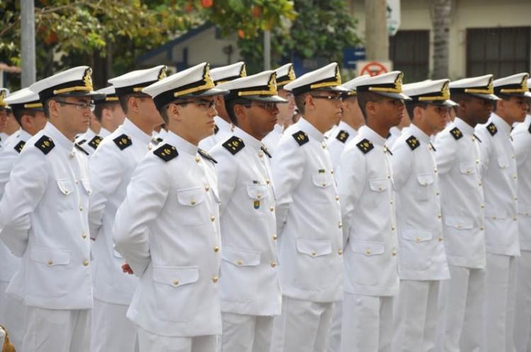 engenheiros da marinha representando engenharia de produção