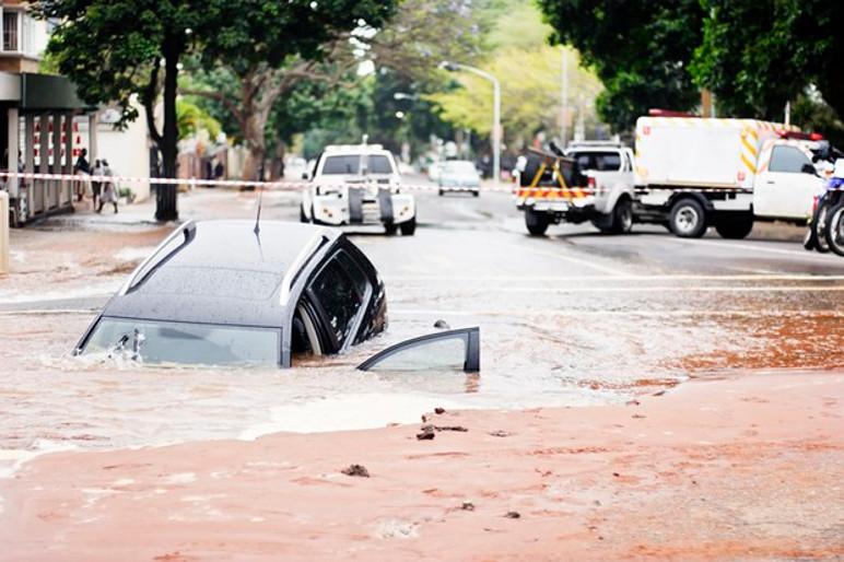 A falta de visibilidade do asfalto também pode fazê-lo cair em buracos fundos (Foto: Divulgação)