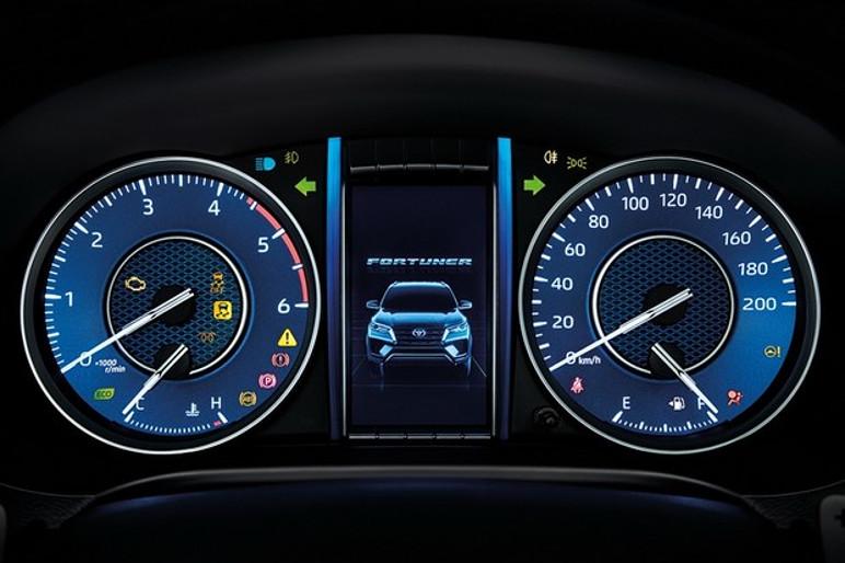 O LCD no quadro de instrumentos agora pode mostrar a posição das rodas, recurso útil no off-road (Foto: Divulgação)