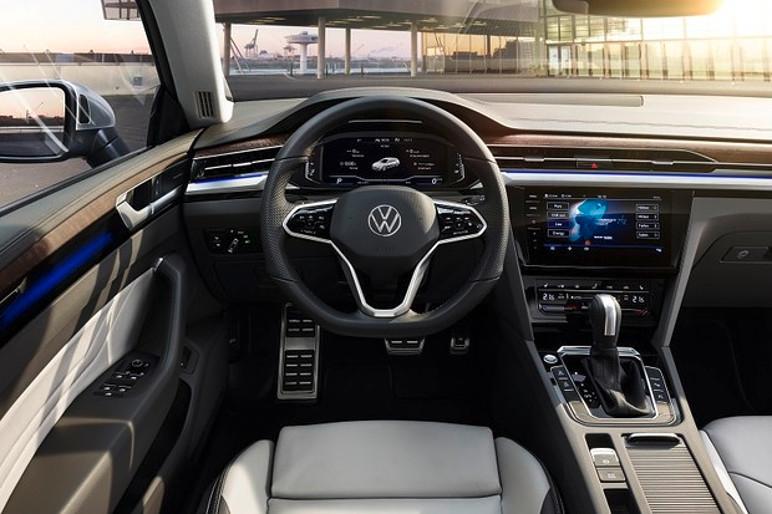 O interior já traz o novo volante, multimídia e o logotipo renovado da VW (Foto: Divulgação)