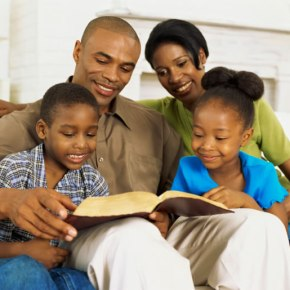 Cinco coisas que pais cristãos devem fazer para criar filhos piedosos em um mundo secular