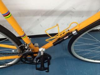 【ボトルケージとキャッチ】右にはケージが付いていて、左のサドル側のパイプにはゲージのキャッチ(取り付け穴)が余っている。ちょっとした自転車ならこのように二つケージが付く。