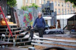 Der Schaubudensommer noch als Baustelle mit dem künstlerischen Leiter Helmut Raeder.
