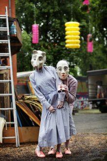 """Nora Otte (als Maus) und Julia Schleißner erkunden als """"Klatsch & Muff"""" schon mal das Gelände."""