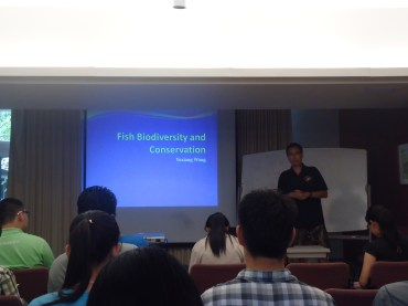 Figure 1. Dr. Wang's lecture on Fish Biodiversity and Conservation 王教授在讲解鱼类多样性和多样性保护。