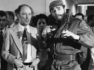 Thủ tướng Pierre Trudeau và Fidel Castro khi tham quan một khu nhà xã hội ở Havana. (Ảnh: Fred Chartrand/Canadian Press)