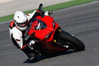 15-Ducati-1299PanigaleS_track_front2