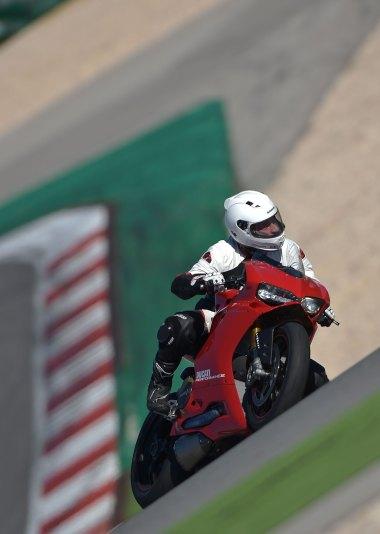 15-Ducati-1299PanigaleS_track_rightfront3