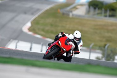 15-Ducati-1299Panigale_ride_front