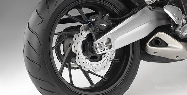 Sensible swinger : the CBR has a cast aluminum swing arm and stamped alloy exhaust cover that deliver visual bling without breaking the bank or compromising performance. Photo : Honda