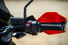 Right handlebar holds just a kill switch, brake lever and throttle.