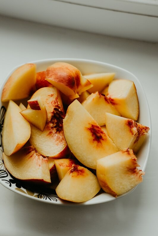 sliced fresh peaches