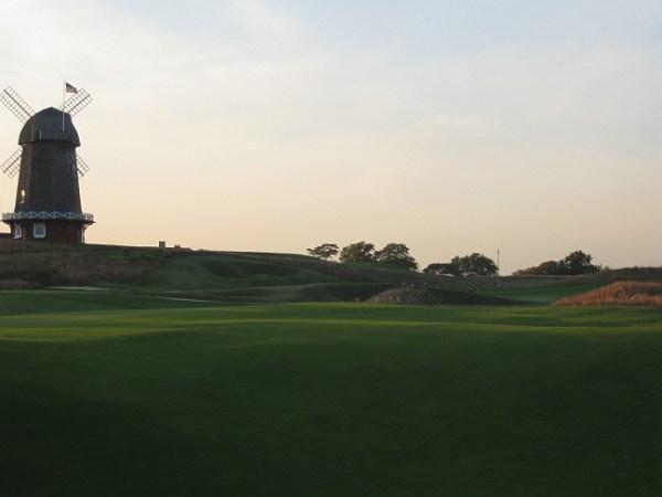 National Golf Links' famed punch bowl green.