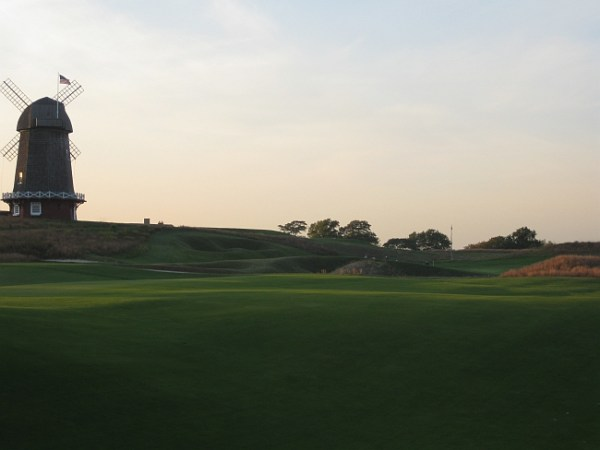 National Golf Links' famed punch bowl green.