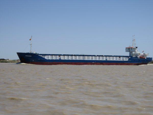Barco navegando por la desembocadura del Guadalquivir