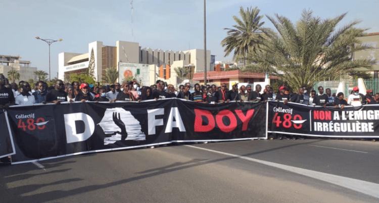 Photo de Guy Marius Sagna avec le collectif 480 Dafa doy lors d'une marche à Dakar.