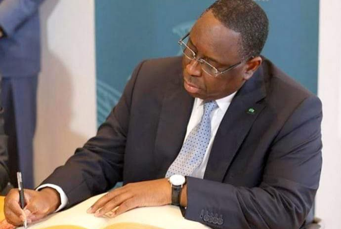 Macky sall sur une table