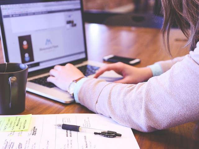 pessoa-estudando-pelo-computador