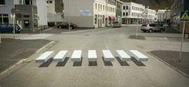 Pintan cebras peatonales 'flotantes' para reducir velocidad de carros, en Islandia.