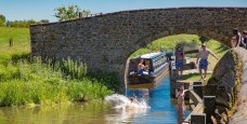 Young boaters enjoying a splash in hot weather at Aynho Weir Bridge 188
