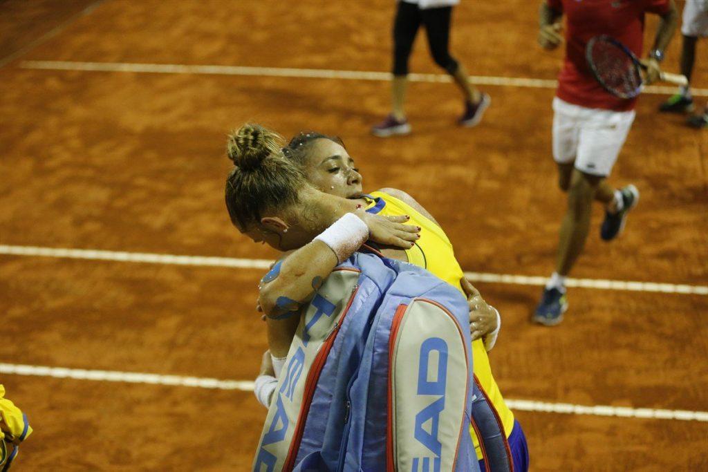 Abrazo entre Haddad Maia y Cepde Royg en la Fed Cup