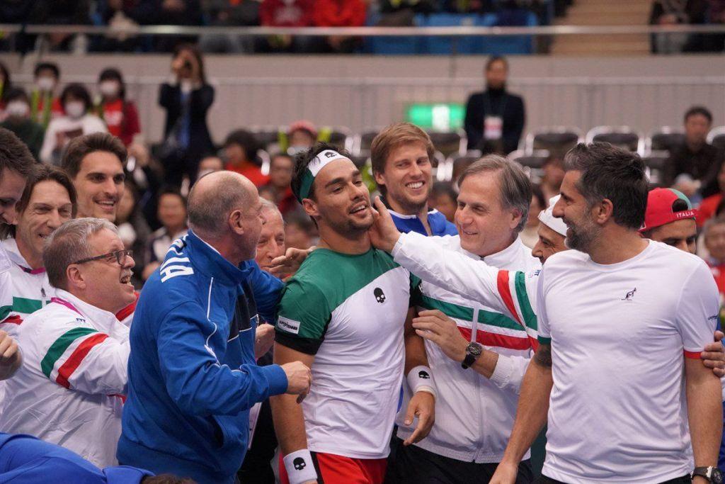 Fognini celebra con su equipo la victoria sobre Japón