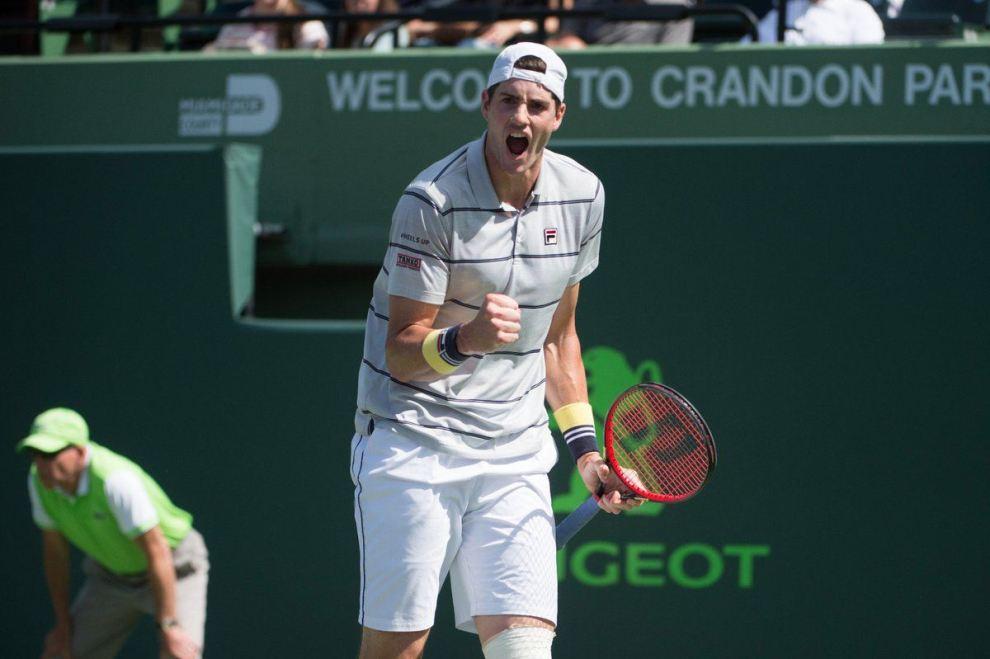 Isner celebra el triunfo ante Chung en el Miami Open